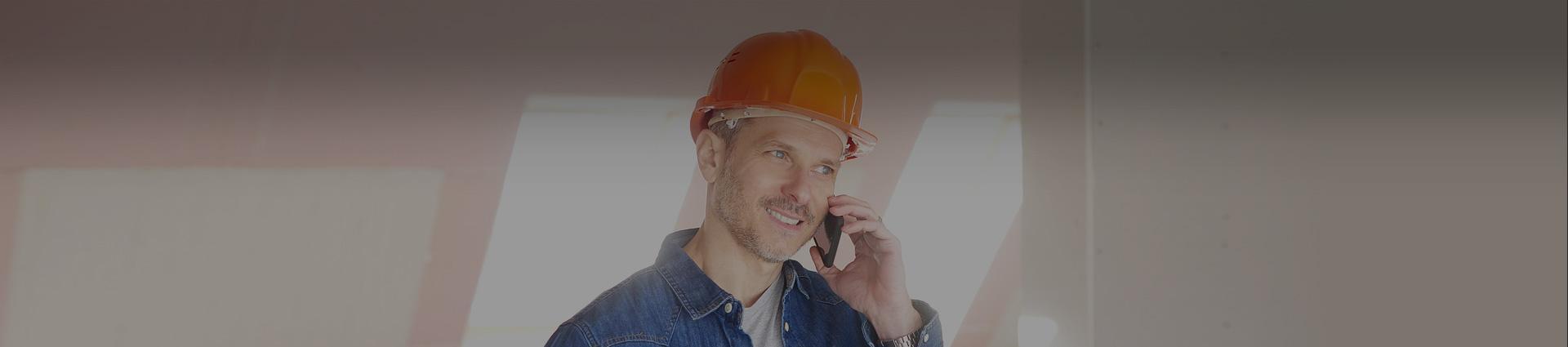 specjalista rozmawiający przez telefon